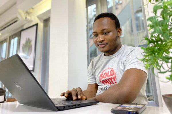 e-commerce ideas 2020 - man with laptop
