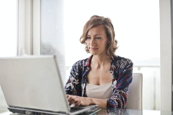 Facebook ads for e-commerce stores - lady with laptop
